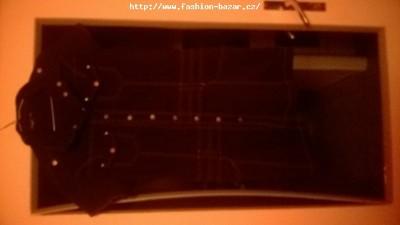 černé rozepínací šaty